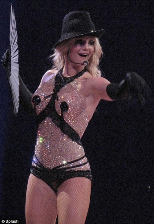 То в золотом корсете с чашечками, напоминающем знаменитое облачение Мадонны во время турне Blonde Ambition.
